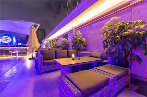 酒吧装修:大型屋顶露台